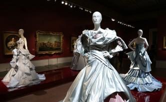 Historische Unterwäsche und Kostüme